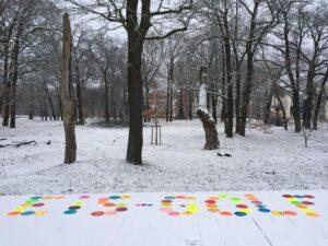 Deck mit Schnee und vielen bunten Scheiben