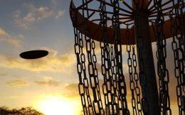 Scheibe fliegt bei Sonnenuntergang in Korb