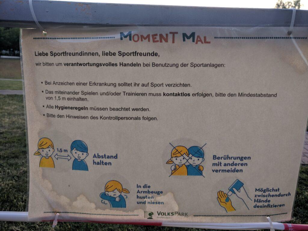 """""""Moment mal""""-Schild des Volksparks"""