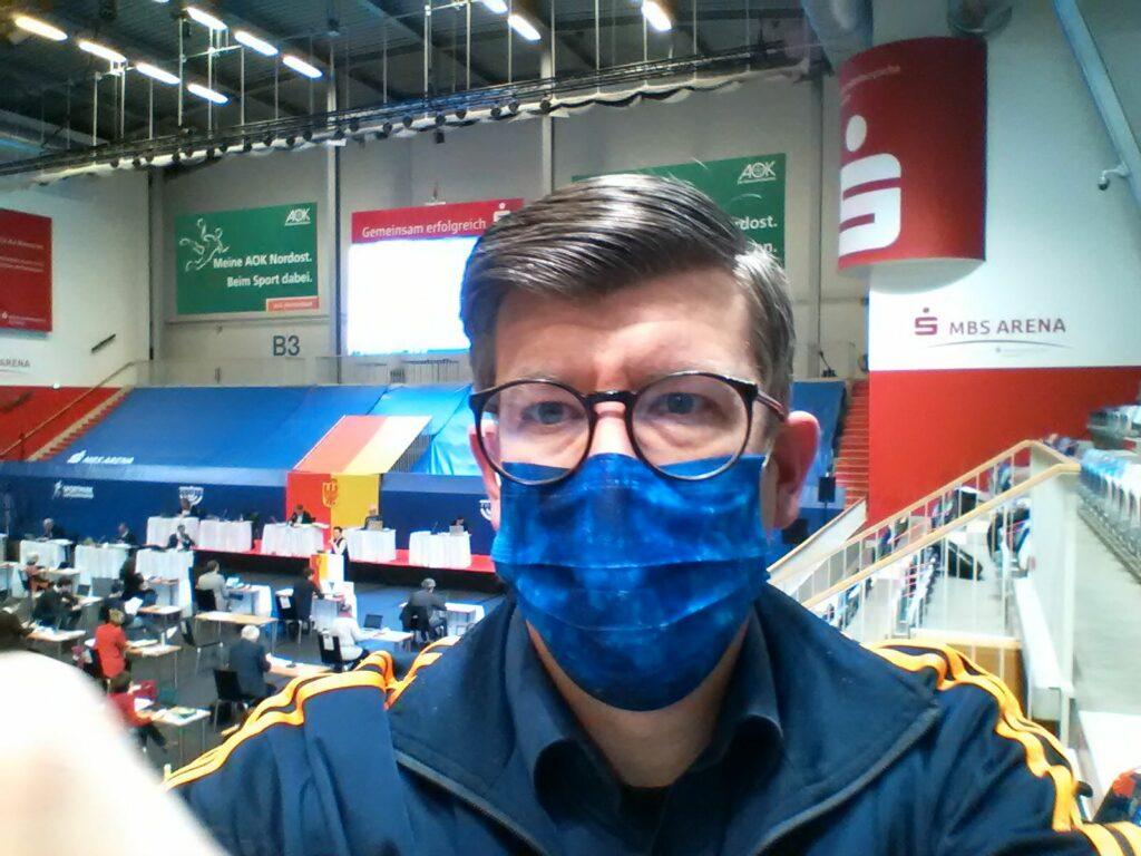 """Phil """"Flash"""" Stadler wartet auf seinen Einsatz bei der SVV-Sitzung in der MBS-Arena"""